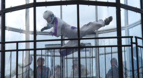 Акробатические номера в аэротрубе: акробатика в воздухе