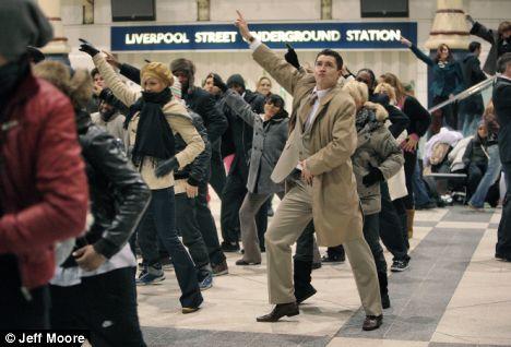 Массовый танец в Лондоне на Liverpool Street (видео)
