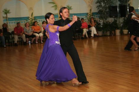 Движение назад в бальных танцах (фото, видео)