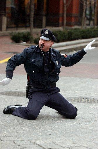 Китайские полицейские танцуют под Майкла Джексона