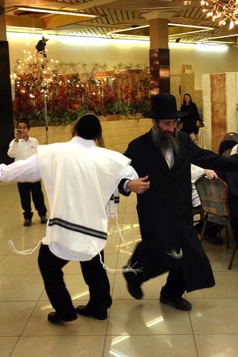 Оригинальный танец молодых хасидов на свадьбе