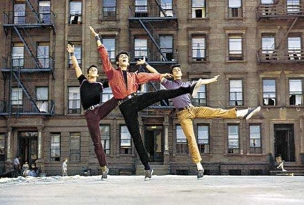 Уличная труппа «Шаркс» исполняет хореографию Джерома Роббинса «Вестсайдская история» (1961 год)