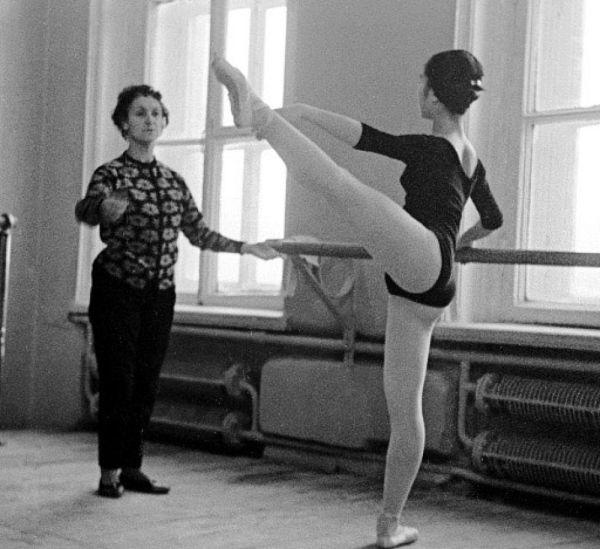 Суламифь Мессерер (слева) и японская танцовщица Хомма Еко (справа) на репетиции