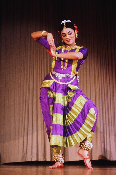 Как и другие формы ласья, бхаратанатьям также стремится передать чувства раса через движения, позы, жесты и выражение лица