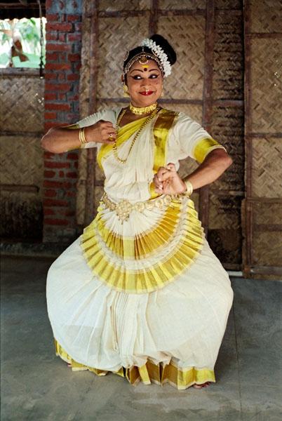 Белый костюм танцовщицы мохиниаттам, символизирующий свадебный наряд