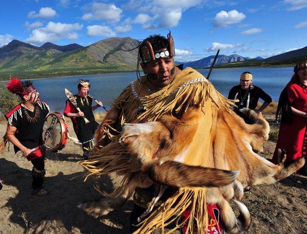 Эскимосы, танцующие с барабанами