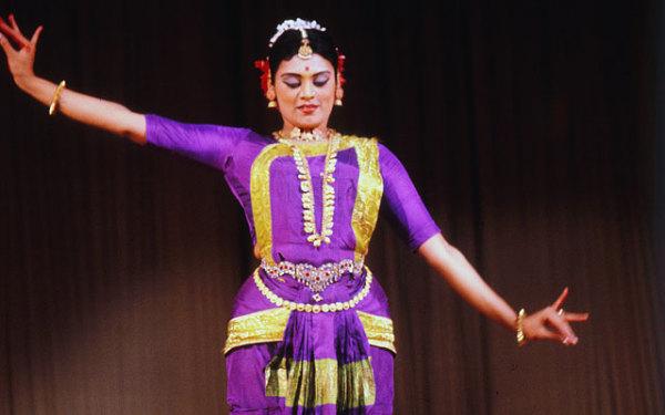 Хотя алариппу относится к чистым формам танца нррта, а нем также используются движения глаз