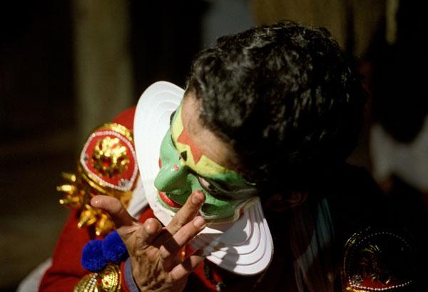 Завершающий штрих макияжа - окрашивание глазных яблок в красный цвет