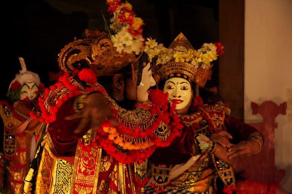 Балийский топенг, объединяющий технику движений гамбух и стилизованные маски