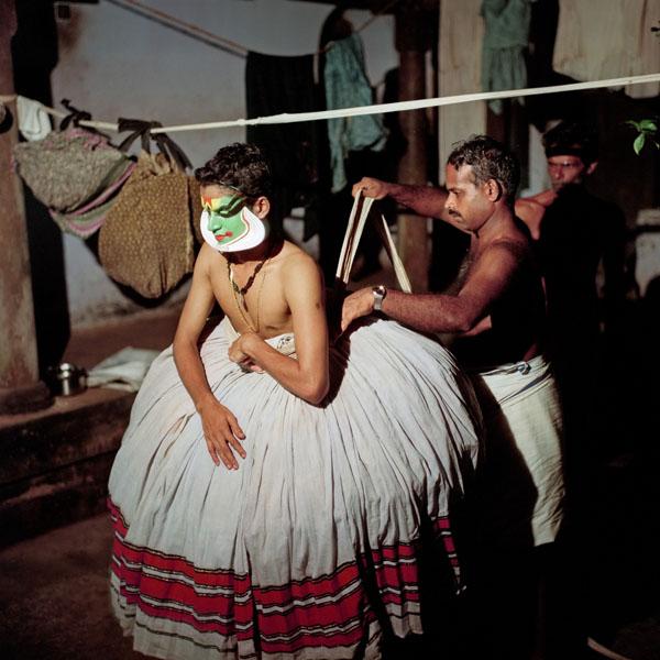 Во всех типах ролей, кроме минукку, актеры носят тяжелую нижнюю юбку