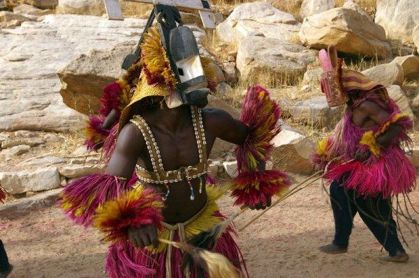 Африканские танцоры в масках