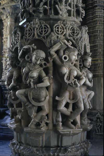 Танцоры на столбе храма в Маунт Абу, Западная Индия, 12 век