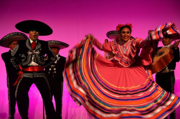 Мексиканские танцы со шляпой