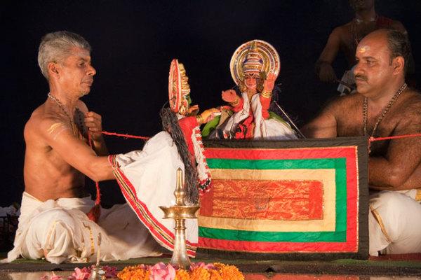 В постановке павакатхалкали участвуют несколько кукловодов