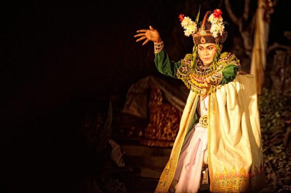 Балийский танец гамбу