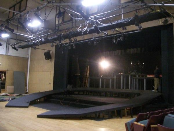Наклонная сцена в театре