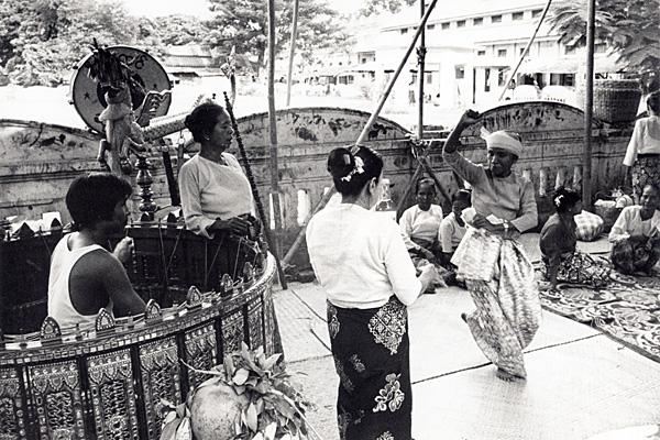 Ритуал нат пве в храме единения в Мандалае