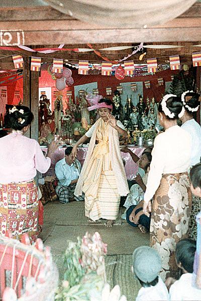 Ритуал нат пве в магазине в Мандалае