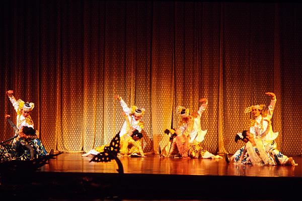Танец принца, исполняемый группой танцоров
