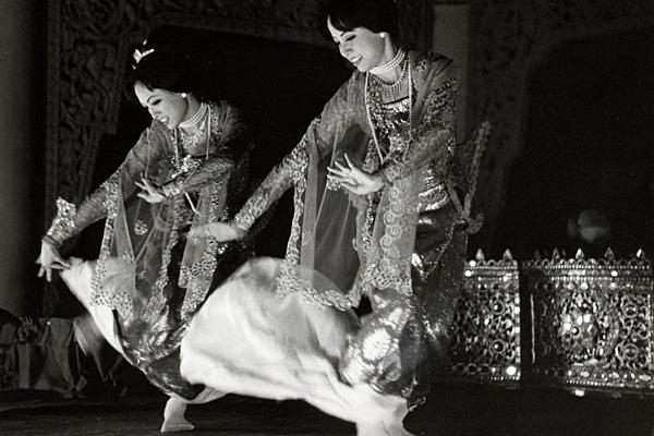 Бирманские танцовщицы в крадущейся позе