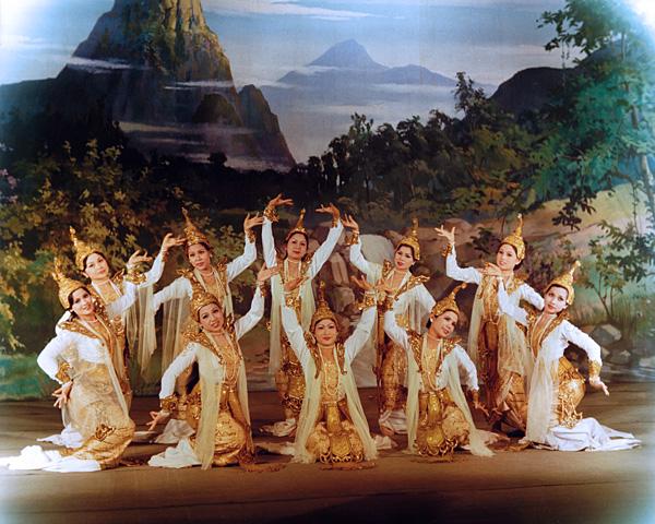 Женский танец, изображающий мифических существ