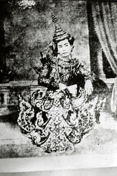Звезда сцены По Сейн в платье, имитирующем придворные одеяния Верхней Бирмы