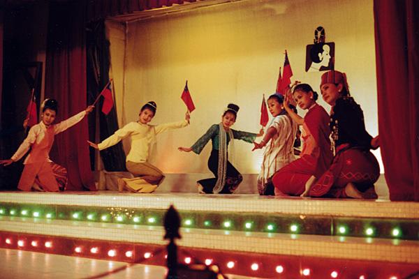 Танцовщицы, представляющие разные этнические группы в Мьянме