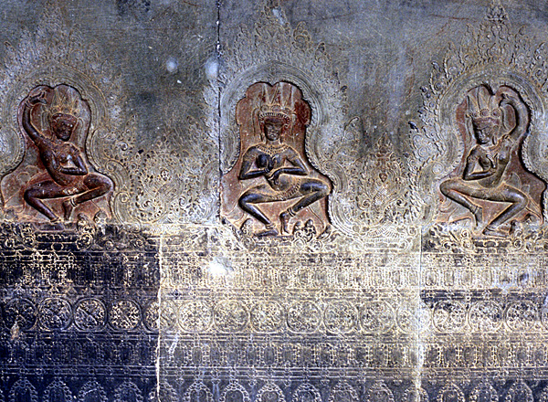 Древние барельефы с танцовщицами апсара
