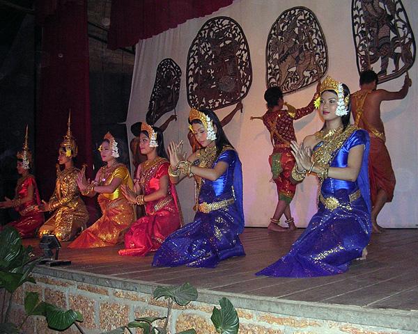 Театр теней сбек тхом в современном исполнении, в сочетании с классическим танцем