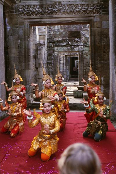 Танцоры в тайских костюмах в зале храма Ангкора