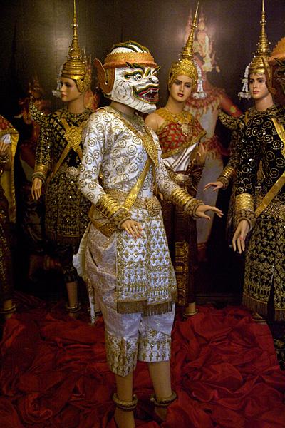 Костюмы и маски лакхон холь в коллекции Большого дворца в Пномпене