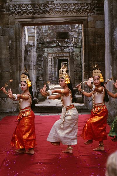 Танец апсара, исполняемый в одном из храмов Ангкора