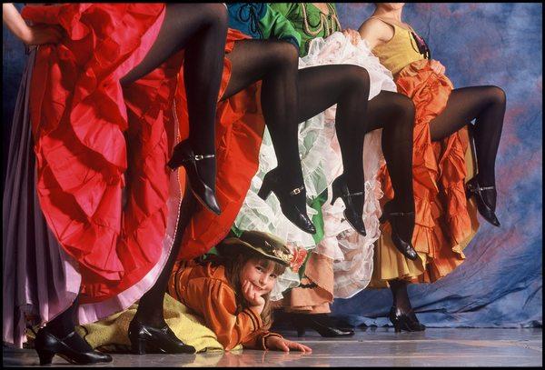Танец с задиранием ног фото 24-240