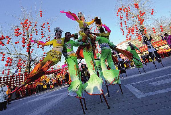 Танец на ходулях - яркий образец этнического искусства