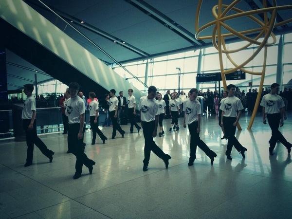 60 танцоров в аэропорту