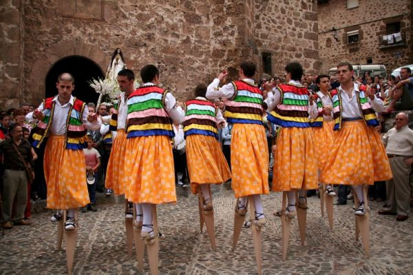 Испанские танцоры на ходулях
