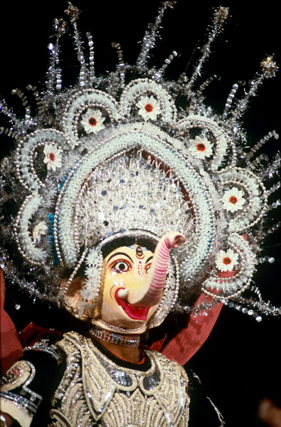 В стиле чау используются разноцветные красочные маски