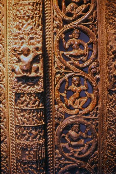Резьба на двери с изображением танцоров, 12-14 век