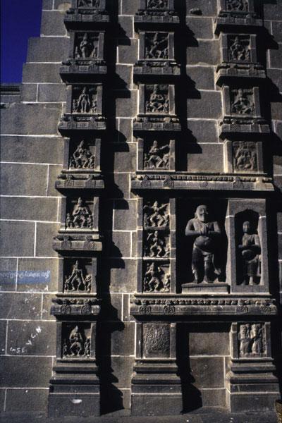Рельефы , показывающие карана, основные танцевальные связки, в храме Чидамбарам в Тамилнаду, 9 век