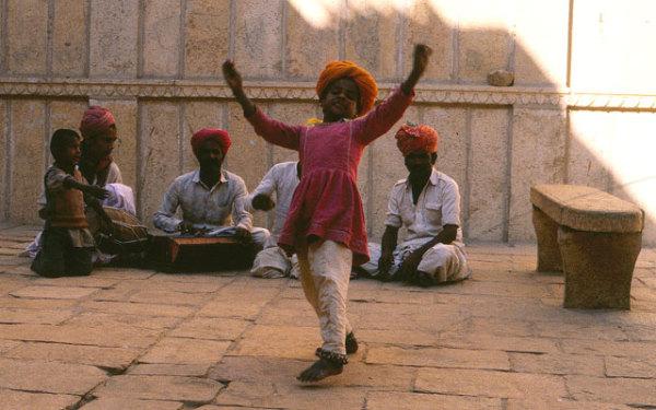 Народные танцы Раджастана - региональный танцевальный стиль дези, который не имеет отношения к традициям Натьяшастры