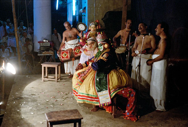 Современная сцена катхакали с электрическим освещением