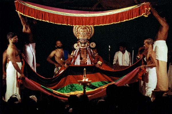 Персонажи катхакали, появляющиеся из-за занавеса