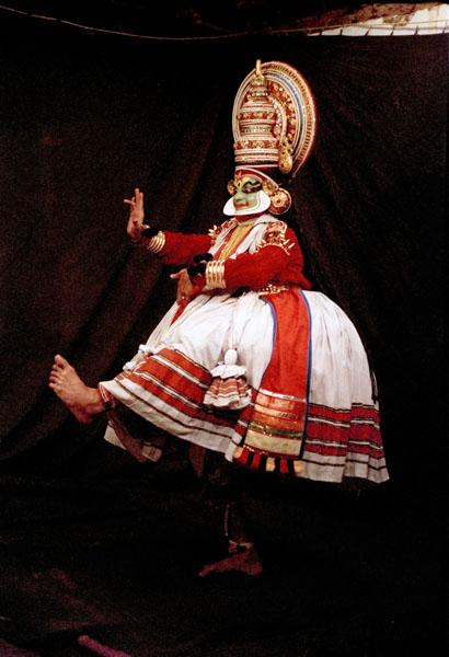 Огромное значение в катхакали имеют мудры, а также движения тела и глаз
