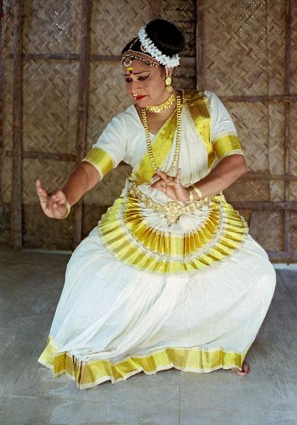 Подобно доугим сольным формам танцев ласья, мохиниаттам сочетает абстрактые последовательности нртта с мимикой абхинайя
