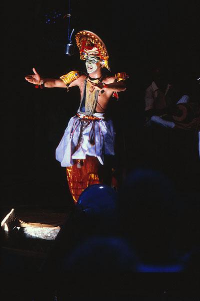 Оттам туллал, как и прочие формы туллала, является шоу одного человека