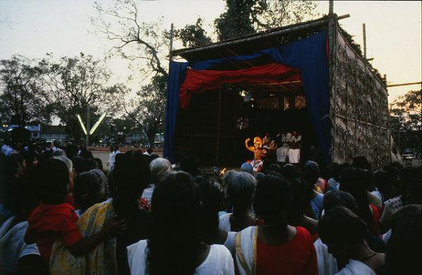 Временная сцена для туллал перед одним из храмов Кералы