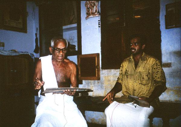 Мастер толпавакутху показывает семейную реликвию - рукопись Тамил Рамаяны на пальмовых листьях