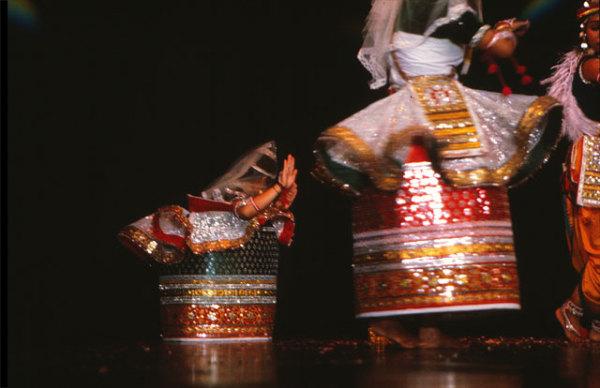 Танцовщицы, исчезающие внутри своих бочкообразных юбок