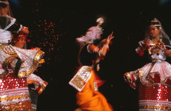 Кришна, которого посыпают цветным порошком во время фестиваля Холи