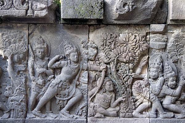 Барельеф на стене храма Прамбанан, изображающий танцевальную сценку из Рамаяны